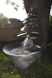 Fontaine inox Les sept niveaux, une sculpture réalisée en chaudronnerie d'inox sa particularité est d'être autonome.