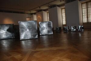 metallophonie une installation sonore, quatorze cubes à peine modelés symbolisent les cinq continents et leur fragmentation