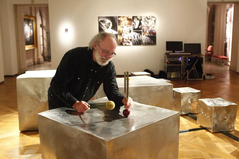 Sculptures sonores diapason à la mailloche par Alain Vullemet