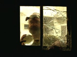 Le portrait du sculpteur plasticien atypique à la fenêtre de son atelier à Romainville, Photo C. Calmejane