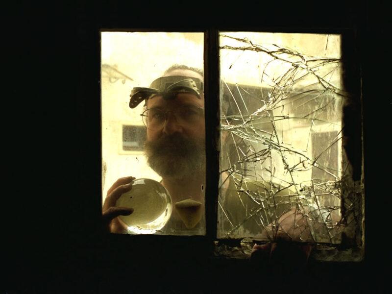 Le portrait de l'artiste à la fenêtre