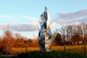Menhir 2100 sculpture inox,exposée la dernière fois au château de Flers