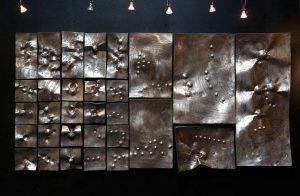 Space in Order un relief en acier inox, un hommage à Zoltan Kemeny