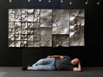 La carte blanche à l'Arrivage c'est terminée le 16 juillet 2016. Alain Vuillemet devant le relief en hommage à Zoltan Kémeny Space in Order.