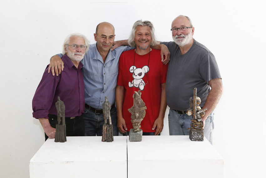de gauche à droite, Alain Gaudebert, Philippe Cibille, Olivier Roth, Alain Vuillemet devant les œuvres d'Alain G. et Alain V. à la galerie l'Arrivage
