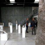 """Un autre angle de vue de l'exposition portes ouvertes de l'Yonne 2019 salle d'exposition """"Les Cubes"""" 30 sculptures de petits formats sont exposées jusqu'à fin août 2019 ."""