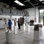"""Un autre angle de vue de l'exposition portes ouvertes de l'Yonne 2019 coté mezzanine et verrière, salle d'exposition """"Les Cubes"""""""