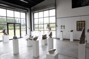 LES CUBES vue d'une l'exposition coté verrières